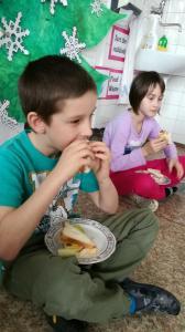 Příprava sendvičů a tradice pití čaje o páté ve druhé třídě
